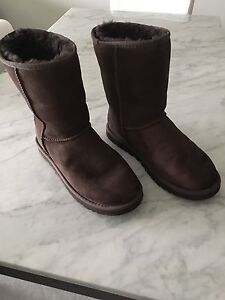 UGG CLASSIC BOOTS IN CHOCOLATE-EXCELLENT CONDITION!