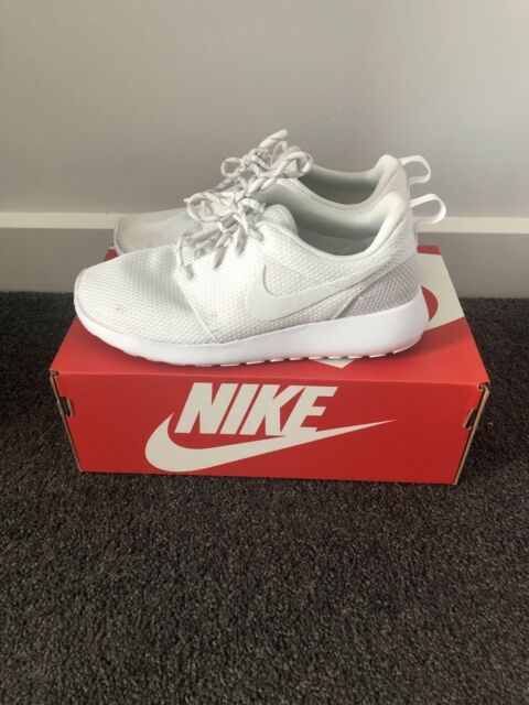a27d2495cc62 Women s NIKE ROSHE ONE WHITE SHOES SIZE 6