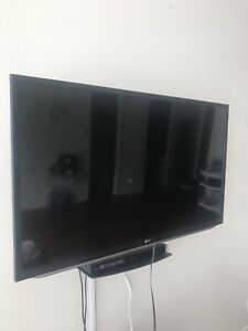 "LG 47"" 3D TV + Blu-ray Player + Wall Mount - Mint Condition"