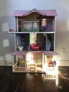 Doll house in great shape