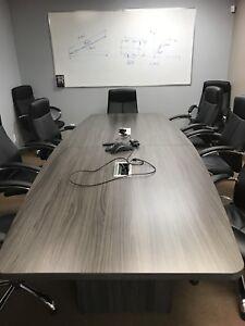 Table de conférence avec multi-prises