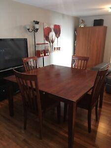 Table en bois. Rectangulaire ou carrée