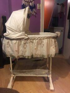 Bily (baby I love you) owl bassinet