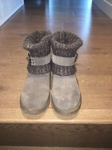 Size 6 Uggs and cleaning kit