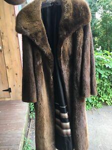 Manteau de fourrure et chapeau assorti