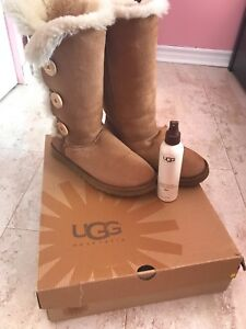 Authentic UGG Bailey Button Triplet Chestnut w/ Protestant spray