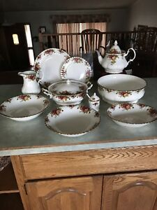 China 132 pieces for a Christmas Table