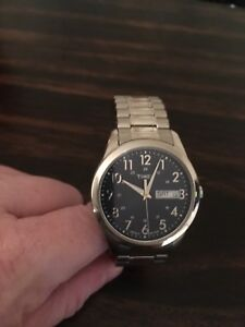 Montre Timex Indiglo en stainless pour hommes.