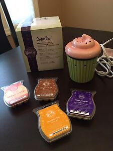 Scentsy Cupcake Warmer and 4 Bars
