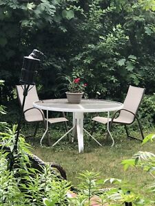 SELLING A RUSTIC WHITE OUTDOOR PATIO TABLE