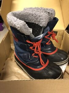 It's SOREL boots.  Size 1 youth.  Great condition.