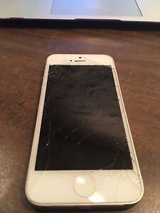 White iPhone 5 - 32 GB - Cracked front screen