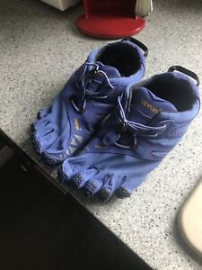 Size 7/7.5 vibram five finger shoes