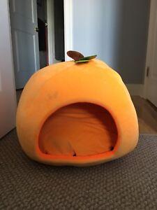 Pumpkin-shaped cat bed