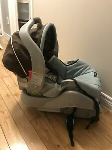 For Sale: Graco Snug ride Classic Connect carseat
