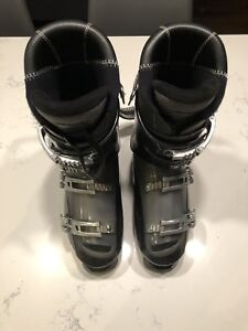 Men's Ski Boots used less than 10 times.