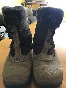 Women's waterproof winter boots (size 9)