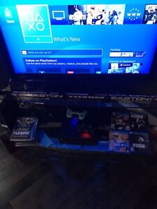 Playstation 4 1 TB. 4 games 2 controllers
