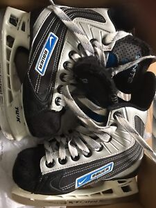 Bauer Youth 11 Ignite 44 skates for boys