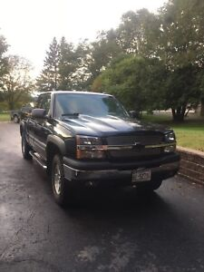 2005 Chevy Silverado 4x4 fully loaded with brand new tires !