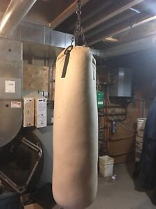 Heavy bag with chains