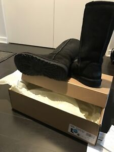 285$ TALL UGGS CLASSIC IN BLACK SIZE 6