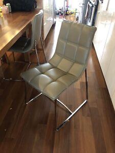 Chaises à diner grises (faux cuir)