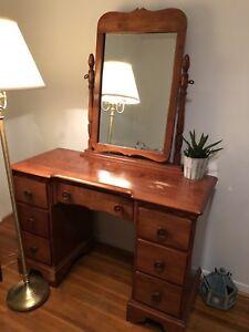 Vanity table! Beautiful VINTAGE, as new!