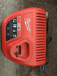 Chargeur de batterie Milwaukee M12