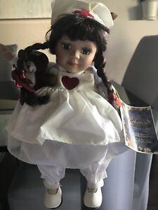 Superbe poupée en porcelaine, musicale