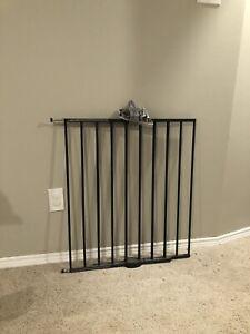 Adjustable swinging baby gate