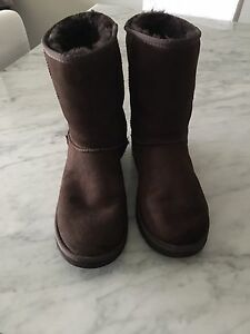 UGG CLASSIC BOOTS IN EXCELLENT CONDITION! SZ 9