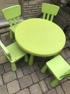 Children's plastic table and  4 chairs, mammut. Lime green