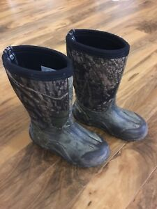 Kids camo winter boots
