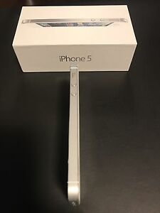 White Iphone 5 64GB with box and accessories London Ontario image 4