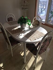 *** KITCHEN TABLE AND 4 MATCHING CHAIRS ***