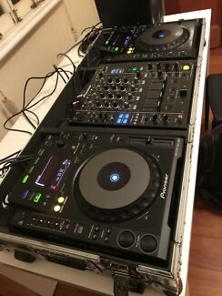 Pioneer CDJ 900 x 2 + DJM 850 mixer in Roadcase