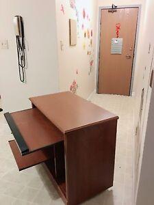 Bureau/Desk avec chaise et clavier !!!  40$ Bonne condition