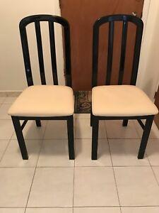 Quatre (4), chaises laque noir et en tissu Jamais Utilisé
