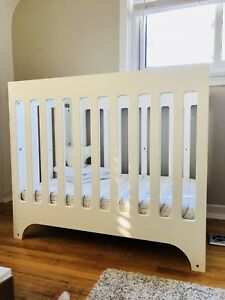 Mini Crib + Mattress + mattress cover + 2 Fitted sheets + bumper