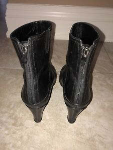 Black leather David's low boot size 9
