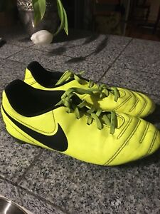 Youth soccer cleats- size 5Y