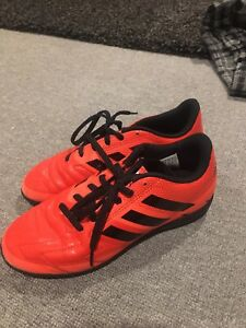 Kids indoor soccer shoes