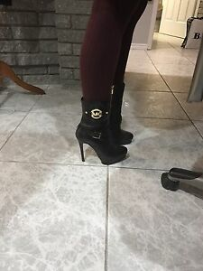 MICHAEL KORS black leather bootees