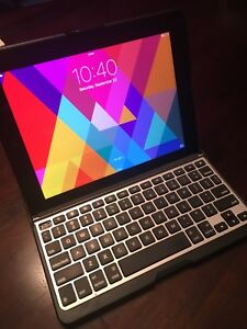 iPad 3 - great condition (with keyboard case!)