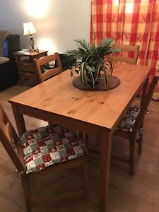 Table et 4 chaises / Table and 4 chairs