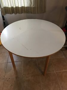 Round craft table