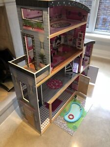 BARBIE HOUSE BEAUTIFUL SOLID WOOD CONSTRUCTION