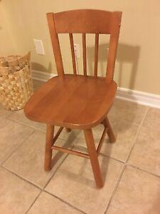 Quatre Chaises en bois avec base rotative