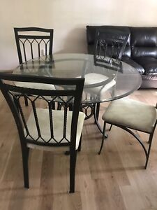 Metal round kitchen table- very sturdy great condition